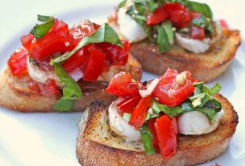 Diced tomatoes, basil & fresh mozzarella mixed with balsamic vinaigrette and served on top of a freshly baked crostini.