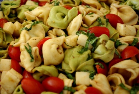 Tri-colored cheese tortellini's, pepperoni, sun dried tomatoes, basil & black olives. Tossed in tomato basil vinaigrette.